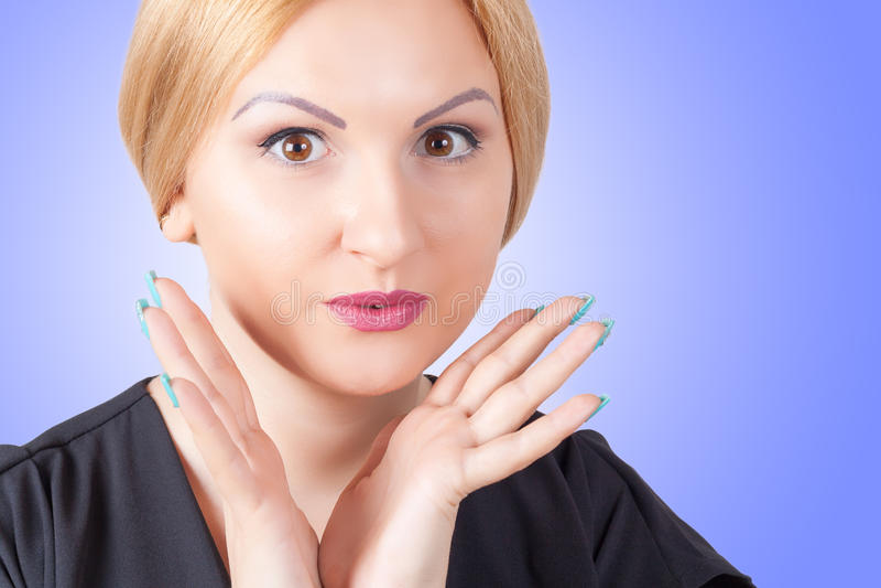 Nahaufnahmeporträt der überraschten Schönheit stockfoto