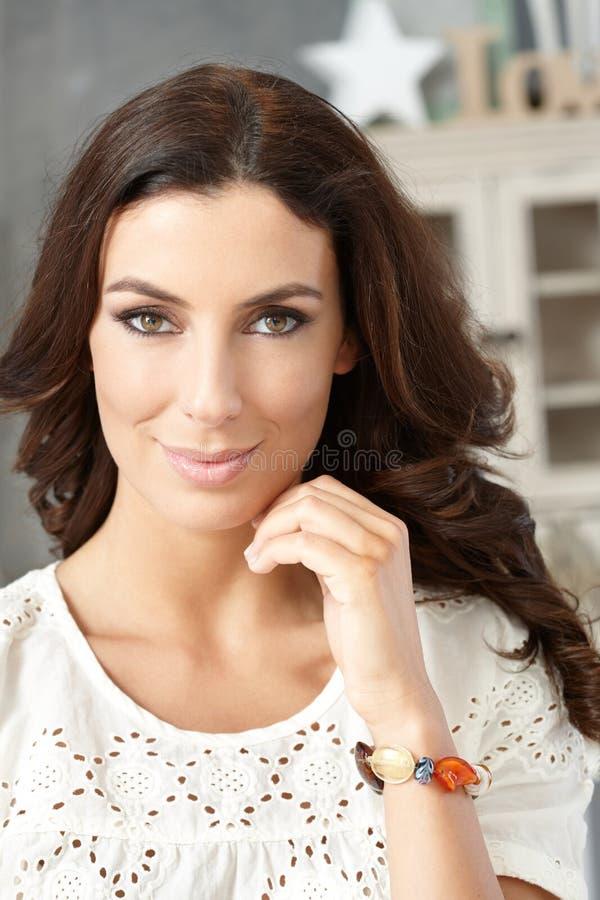 Nahaufnahmeporträt der überzeugten Frau lizenzfreie stockbilder