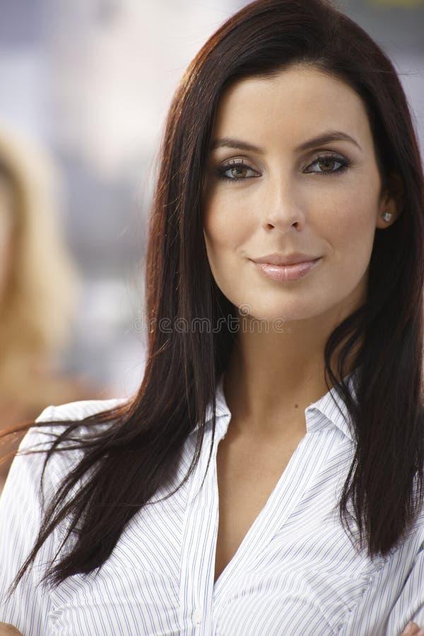 Nahaufnahmeporträt der attraktiven Frau lizenzfreies stockbild