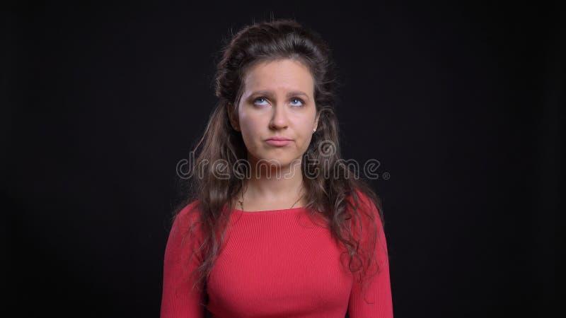 Nahaufnahmeporträt der attraktiven kaukasischen Frau von mittlerem Alter, die gereizt ist und eine Augenrolle vor macht lizenzfreies stockfoto