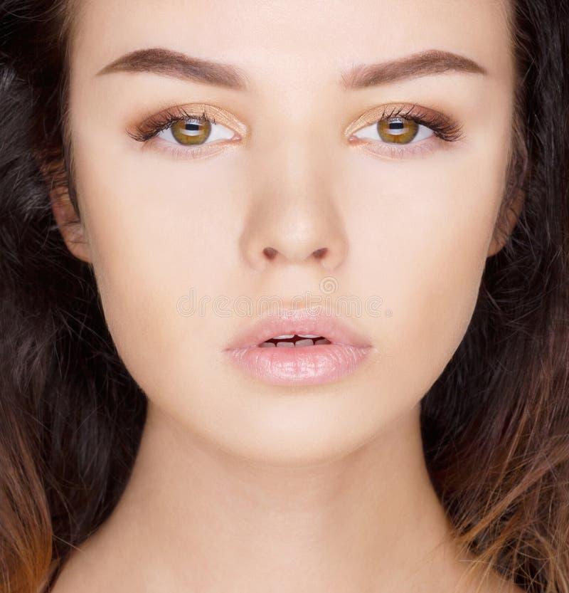 Nahaufnahmeporträt der beautyful Brunettefrau lizenzfreies stockbild
