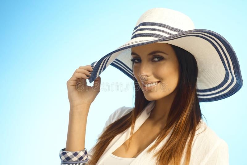 Nahaufnahmeporträt der eleganten Frau im Strohhut lizenzfreie stockfotos