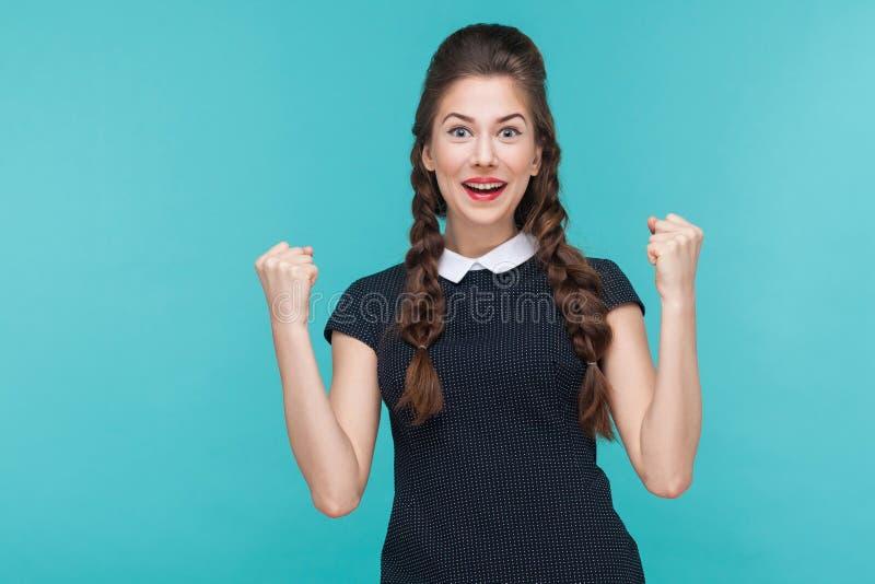 Nahaufnahmeporträt der erfolgreichen jungen Frau, die ihren Gewinn sich freut stockfoto