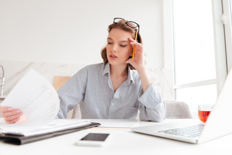 Nahaufnahmeporträt der ernsten Geschäftsfrau ihr Haupt-whil halten lizenzfreie stockfotos