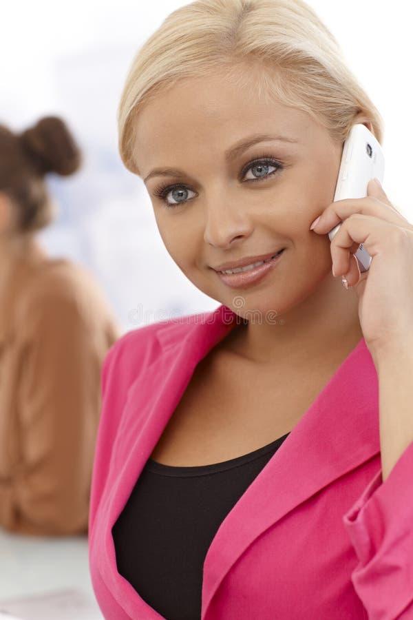 Nahaufnahmeporträt der Geschäftsfrau auf Mobiltelefon stockfotos