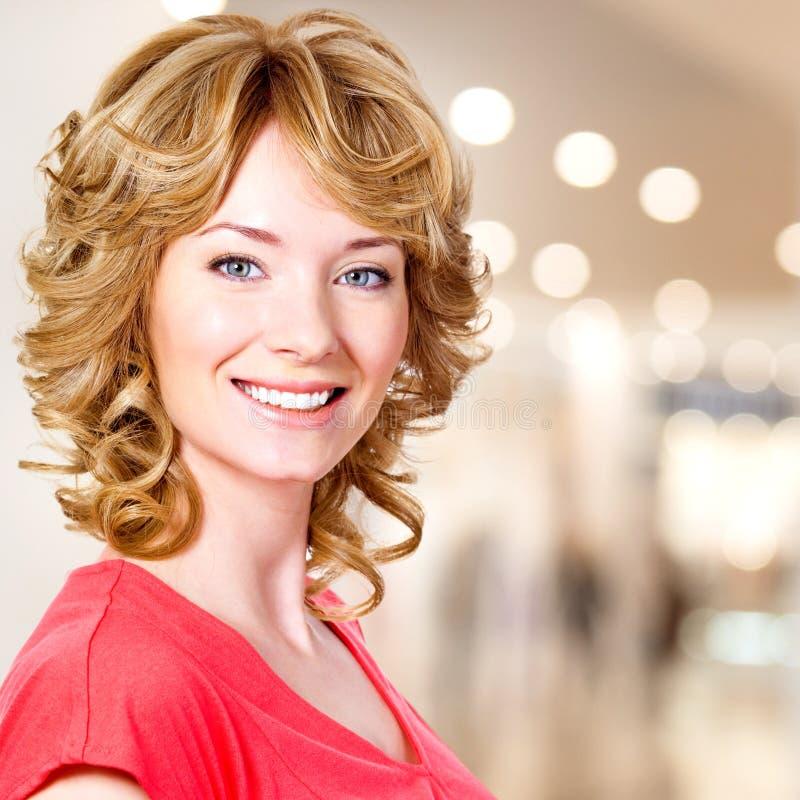 Nahaufnahmeporträt der glücklichen blonden Frau stockfotos