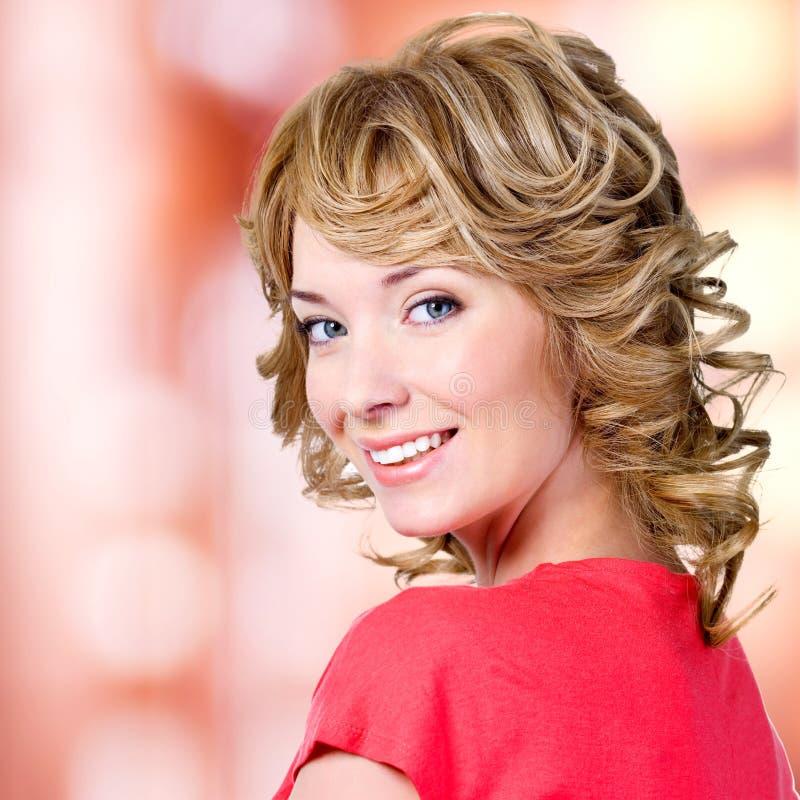 Nahaufnahmeporträt der glücklichen blonden Frau stockbilder
