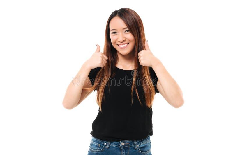 Nahaufnahmeporträt der glücklichen jungen asiatischen Frau, die Daumen herauf GE zeigt lizenzfreie stockfotos