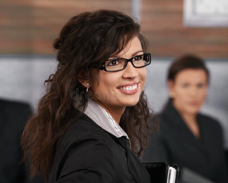 Porträt der jungen Geschäftsfrau stockbild
