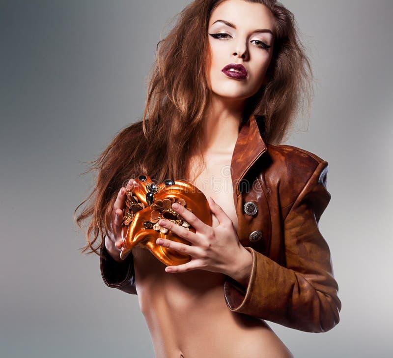 Nahaufnahmeporträt der hübschen Frau in der Maskerademaske lizenzfreie stockfotos