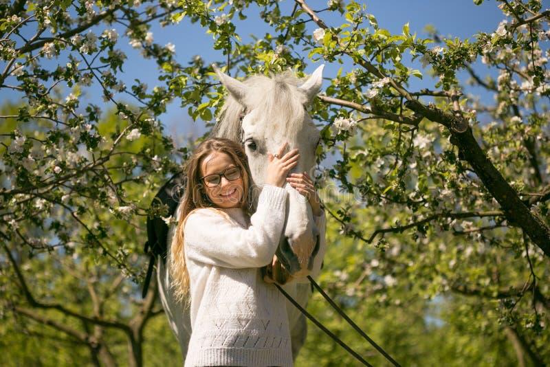 Nahaufnahmeporträt der Jugendlichen und des Pferds stockfotografie