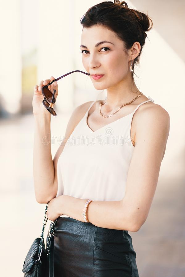 Nahaufnahmeporträt der jungen, eleganten brunette Frau in der Sahneseide lizenzfreies stockbild