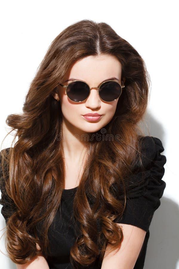 Nahaufnahmeporträt der jungen hübschen Frau am sonnigen Tag des Sommers lizenzfreie stockfotos