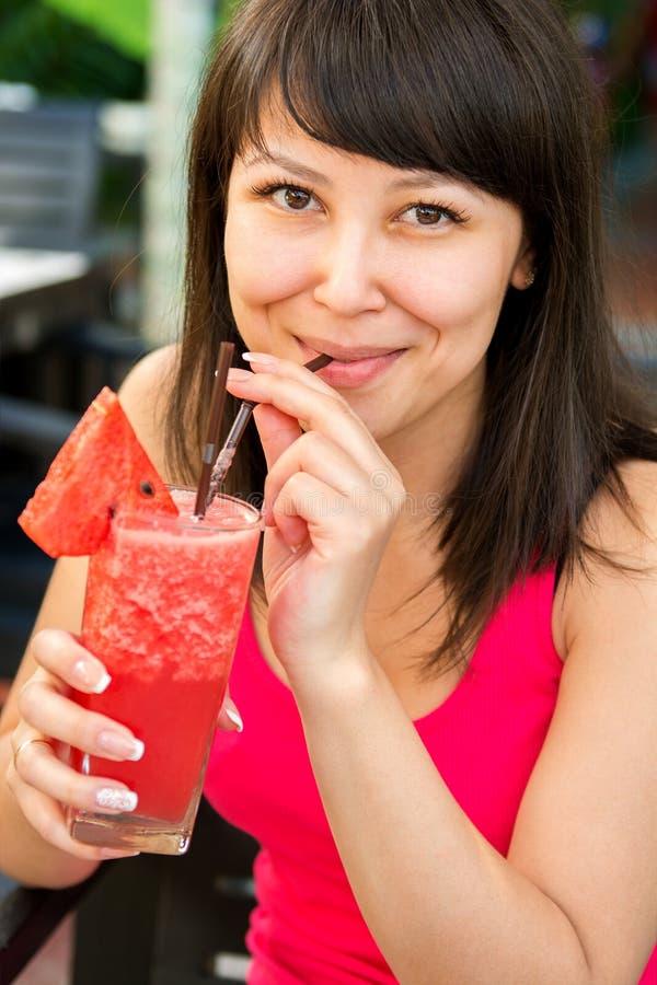 Nahaufnahmeporträt der jungen lächelnden Frau mit lizenzfreie stockfotografie