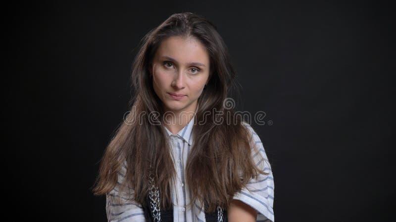 Nahaufnahmeporträt der jungen luxuriösen kaukasischen Frau mit dem brunette Haar, das gerade Kamera mit lokalisiert betrachtet stockfotos