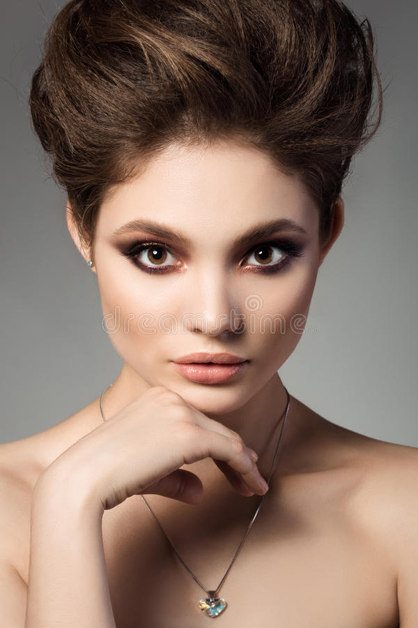 Nahaufnahmeporträt der jungen schönen Brunettefrau lizenzfreie stockbilder