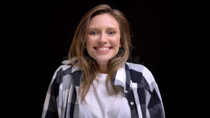 Nahaufnahmeporträt der jungen schönen kaukasischen Frau, die aufgeregt und beim Betrachten der Kamera mit dem Hintergrund glückli lizenzfreie stockfotografie