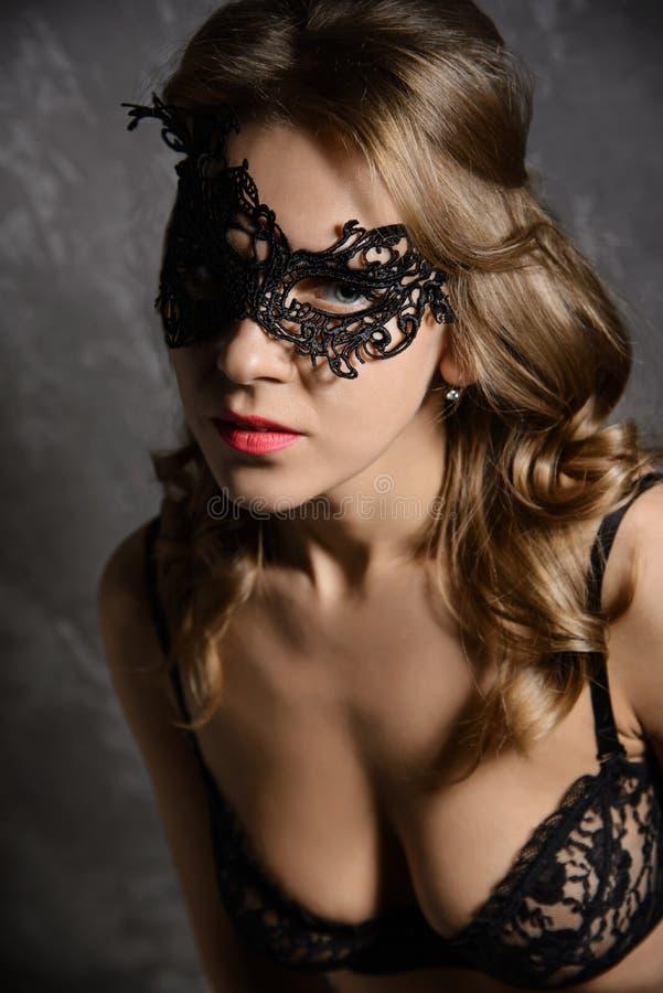 Nahaufnahmeporträt der jungen schönen stilvollen Frau lizenzfreies stockbild