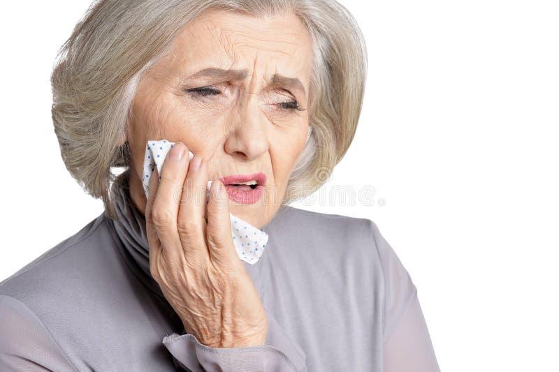 Nahaufnahmeporträt der kranken älteren Frau mit Zahnschmerzen lokalisiert auf weißem Hintergrund lizenzfreie stockfotos