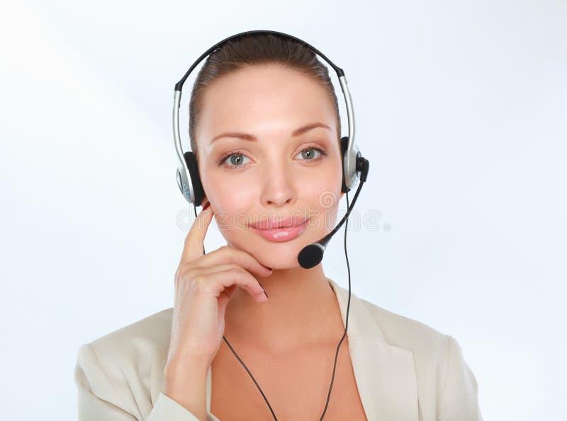 Nahaufnahmeporträt der lächelnden jungen Frau mit dem Kopfhörer lokalisiert auf weißem Hintergrund lizenzfreies stockfoto
