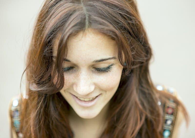 Nahaufnahmeporträt der lächelnden Schönheit unten schauend lizenzfreie stockfotos