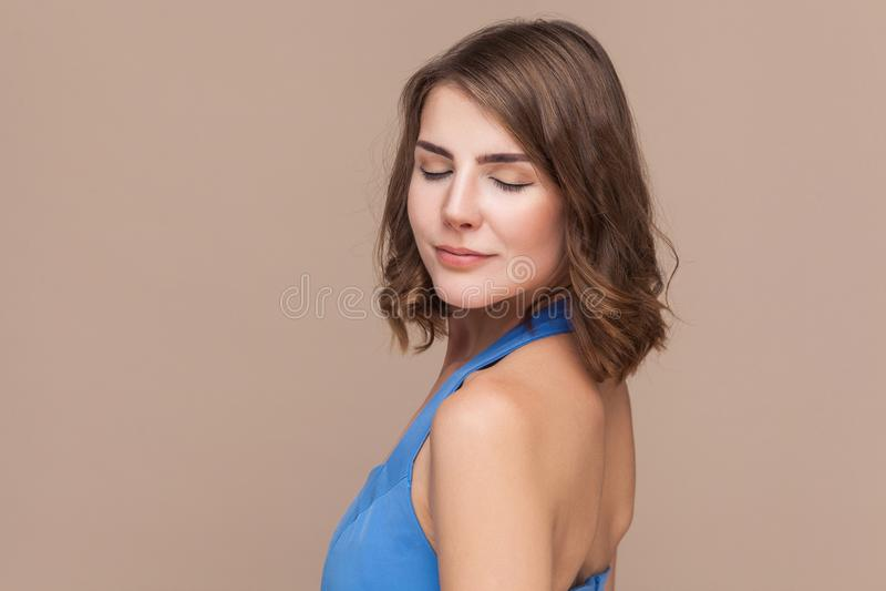 Nahaufnahmeporträt der netten und sinnlichen jungen welldressed Frau lizenzfreie stockfotografie