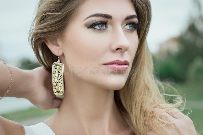 Nahaufnahmeporträt der schönen jungen blonden Frau draußen stockbild