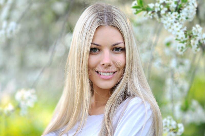 Nahaufnahmeporträt der schönen jungen Mode-Modell-Aufstellung übertreffen stockfoto
