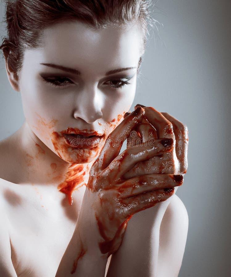 Nahaufnahmeporträt der schönen Vampirsfrau der Grausigkeit mit Blut stockfotografie