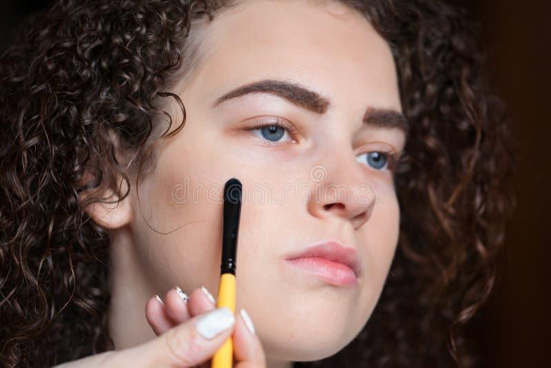 Nahaufnahmeporträt der Schönheit Berufsmake-up mit Bürste erhalten Schönheit und Make-upkonzept stockfotografie