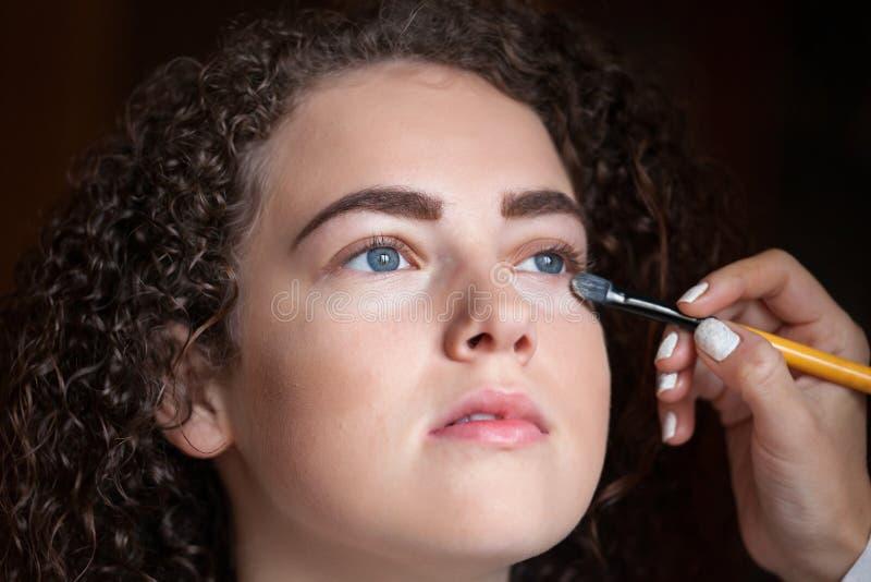Nahaufnahmeporträt der Schönheit Berufsmake-up mit Bürste erhalten Schönheit und Make-upkonzept stockfoto