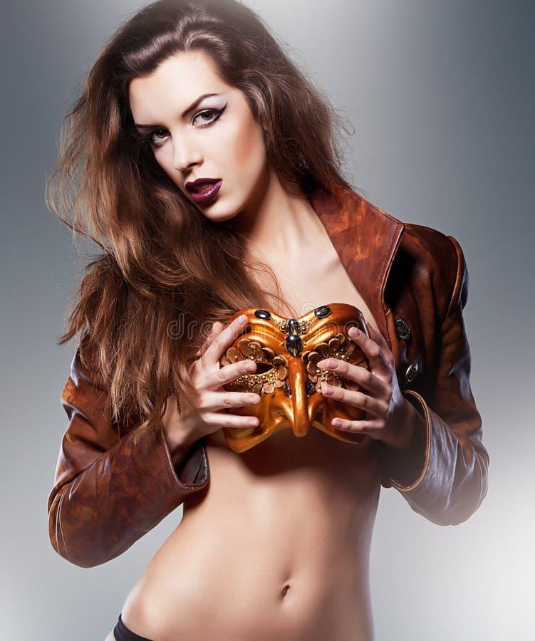 Nahaufnahmeporträt der Schönheit in der Maskerademaske lizenzfreies stockfoto