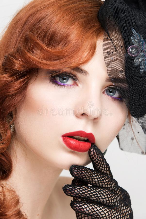 Nahaufnahmeporträt der Schönheit mit hellem Make-up Arbeiten Sie glänzenden Leuchtmarker auf Haut, Glanzrotlippen um stockfoto