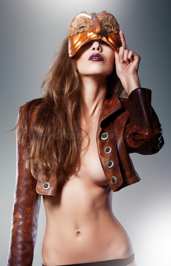 Nahaufnahmeporträt der sexy Frau unter Maske stockbilder