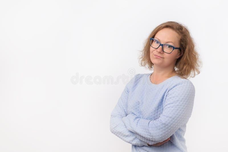 Nahaufnahmeporträt der skeptischen jungen kaukasischen Frau im blauen Hemd, Frau, die misstrauisch schaut stockbilder