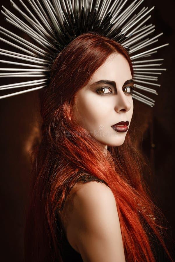 Nahaufnahmeporträt der tragenden ährentragenden Kopfbedeckung des schönen gotischen Mädchens stockbild
