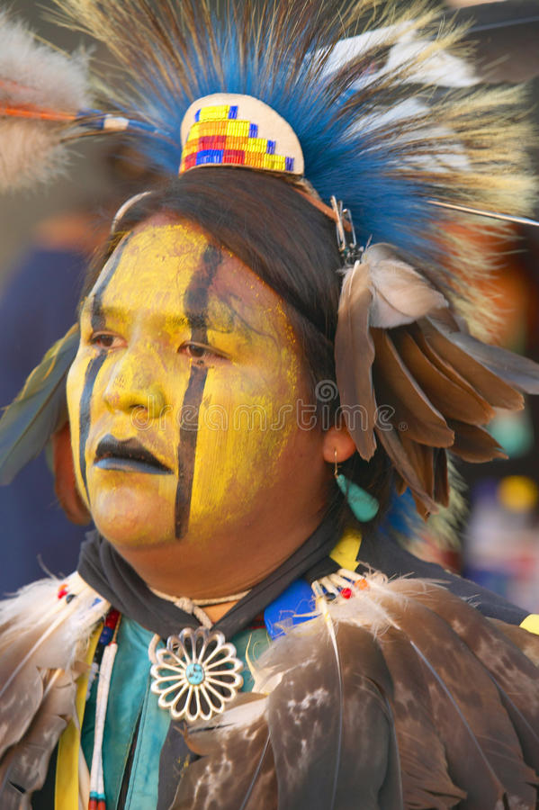 Nahaufnahmeporträt des amerikanischen Ureinwohners im vollen Insignientanzen am Kriegsgefangen wow lizenzfreie stockfotos