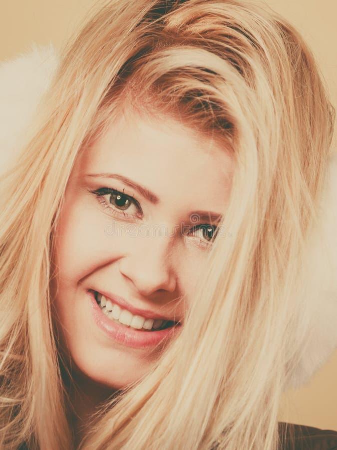 Nahaufnahmeporträt des attraktiven Blondinegesichtes lizenzfreie stockfotografie