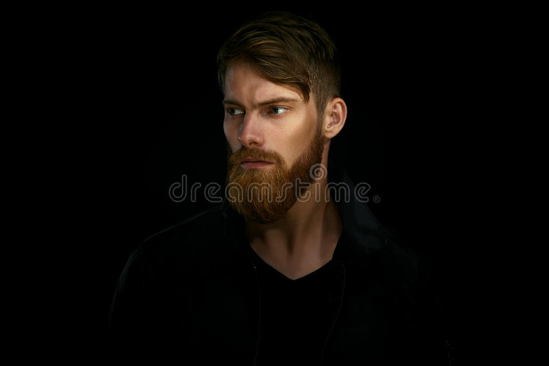 Nahaufnahmeporträt des bärtigen gutaussehenden Mannes in einem nachdenklichen Stimmung looki stockfotos