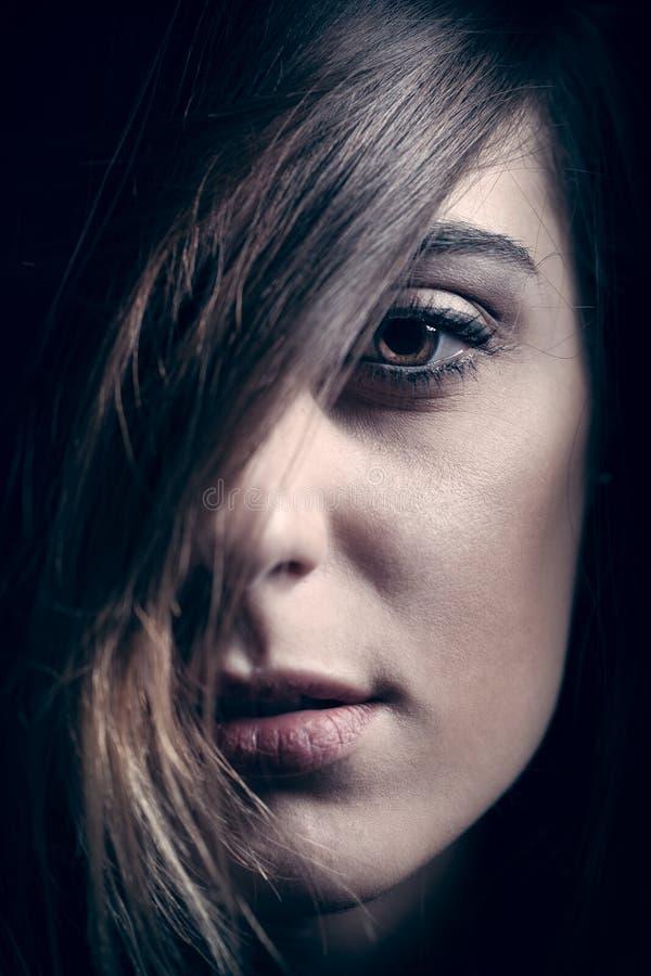 Nahaufnahmeporträt des Gesichtes des jungen Mädchens stockfotos