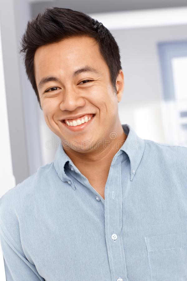 Nahaufnahmeporträt des glücklichen asiatischen Mannes stockfotografie