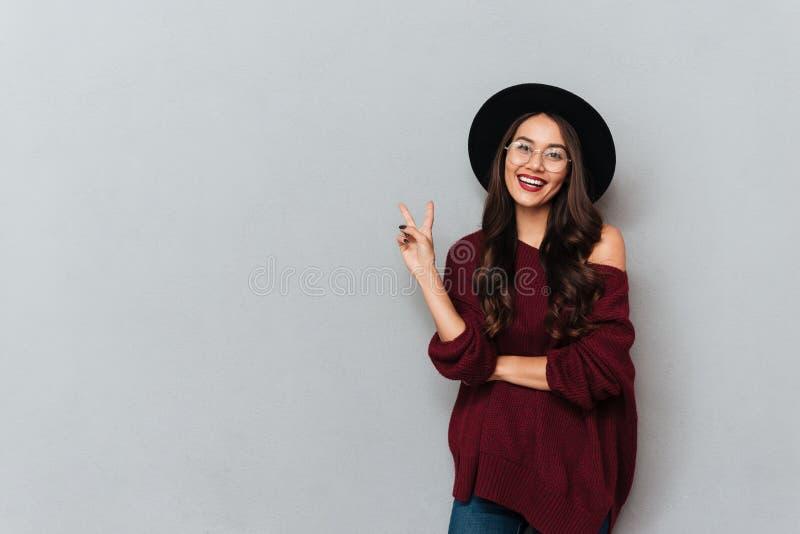 Nahaufnahmeporträt des hübschen Hippie-Mädchens in den Gläsern und in schwarzem ha stockfotos