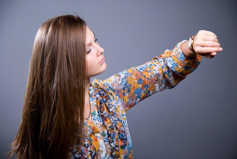 Nahaufnahmeporträt des jungen schönen Mädchens in einer hellen farbigen Querstation stockbilder