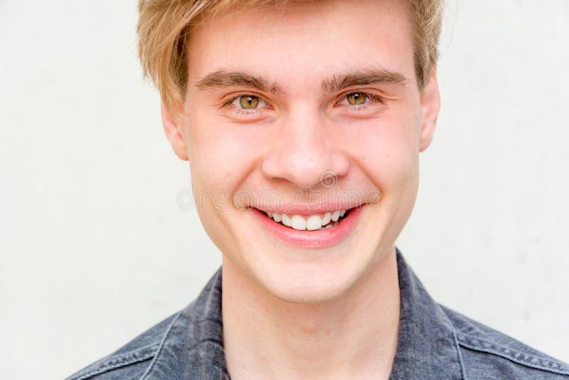 Nahaufnahmeporträt des lächelnden Jugendlichen lizenzfreies stockbild