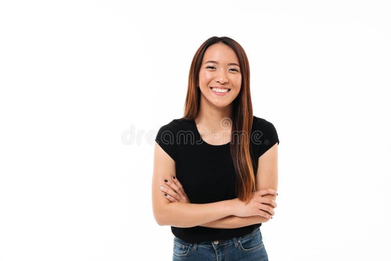 Nahaufnahmeporträt des lächelnden jungen asiatischen Mädchens, das mit Kundenberaterinnen steht stockfotos