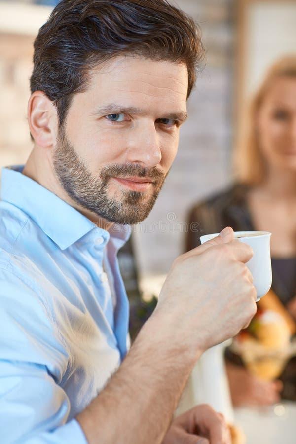 Nahaufnahmeporträt des Mannes mit Kaffee stockbild