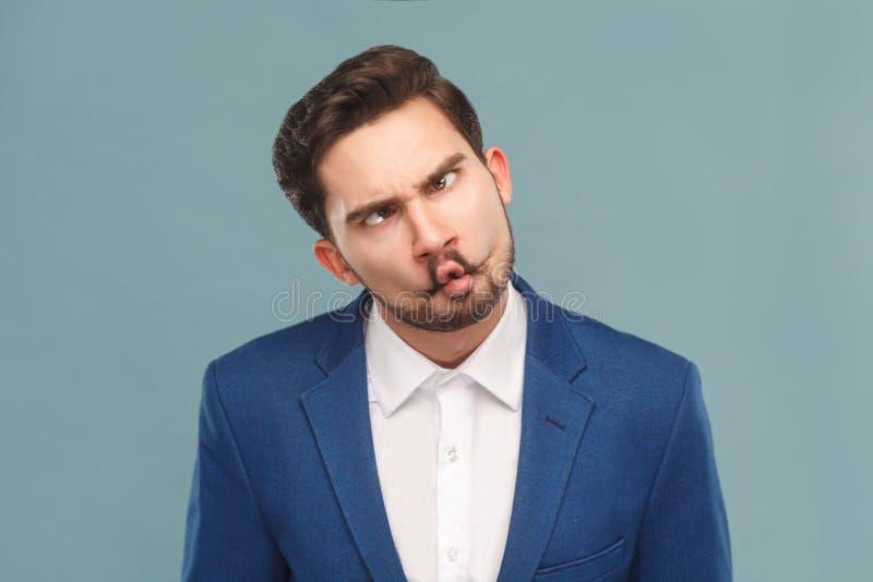 Nahaufnahmeporträt des Mannes mit lustigem dummem Nachahmengesicht stockfoto