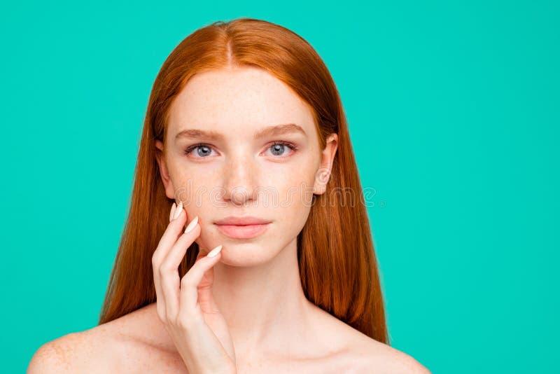 Nahaufnahmeporträt des nackten ruhigen rothaarigen Mädchens mit glänzendem reinem c lizenzfreie stockfotografie