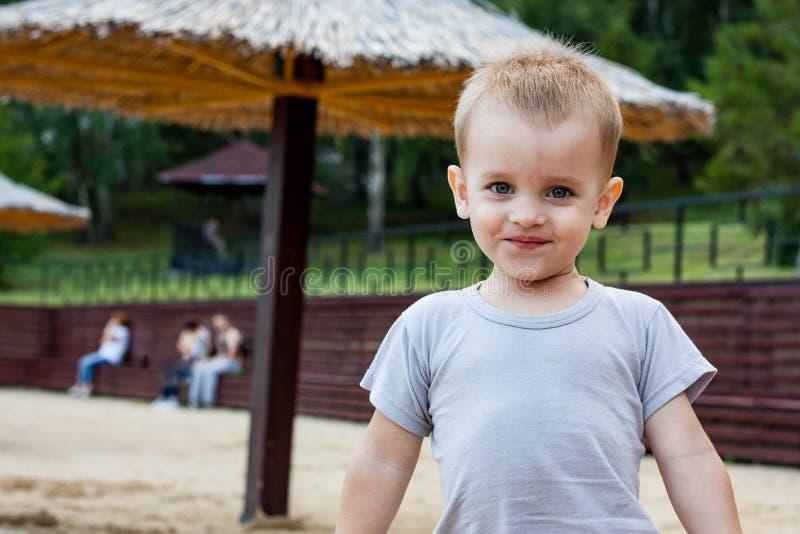 Nahaufnahmeporträt des netten Babys im Freien lizenzfreie stockfotos