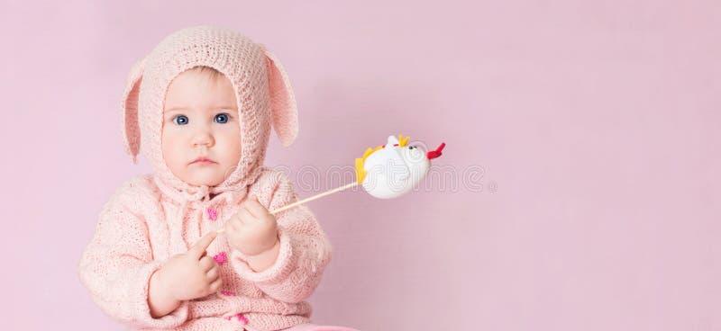 Nahaufnahmeporträt des netten Babys mit blauen Augen in gestricktem Kostüm stockfoto